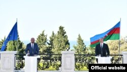 Avropa Birliyi Şurasının Prezidenti Şarl Mişel (solda) və Prezident İlham Əliyev, 18 iyul 2021