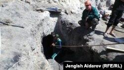 Баткен облусундагы шахтада калган үч адамды издөө учуру. 14-август, 2013-жыл