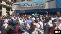 Eýranyň Abadan şäherinde adamlar agyz suwunyň ýetmezçiligine protest geçirýärler.