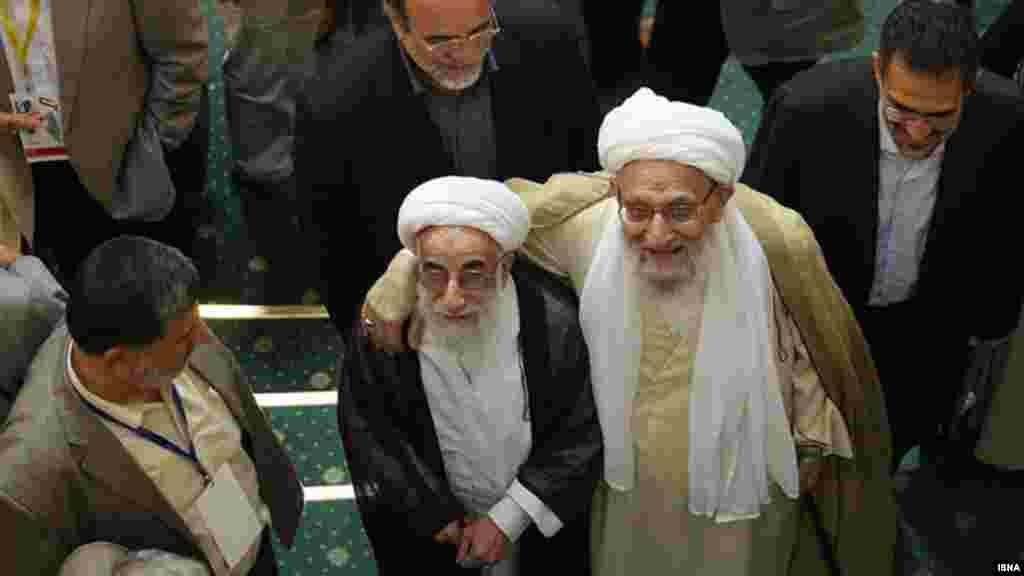 احمد جنتی و محمدرضا مهدوی کنی، دو روحانی خبرساز در سال ۹۰؛ یکی رئیس مجلس خبرگان رهبری و دیگری دبیر شورای نگهبان- در همایش حمایت از انتفاضه در تهران، در نهم مهرماه ۱۳۹۰.