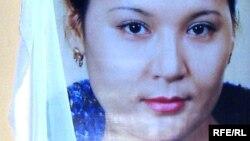 Портрет актрисы Шолпан Мукышевой на ее похоронах. Астана, 21 октября 2008 года.