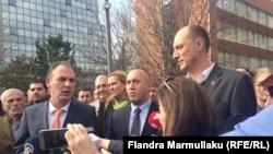 Liderët e partive opozitare në Kosovë: Fatmir Limaj nga Nisma (majtas), Ramush Haradinaj (AAK) dhe Visar Ymeri (Vetëvendosje)