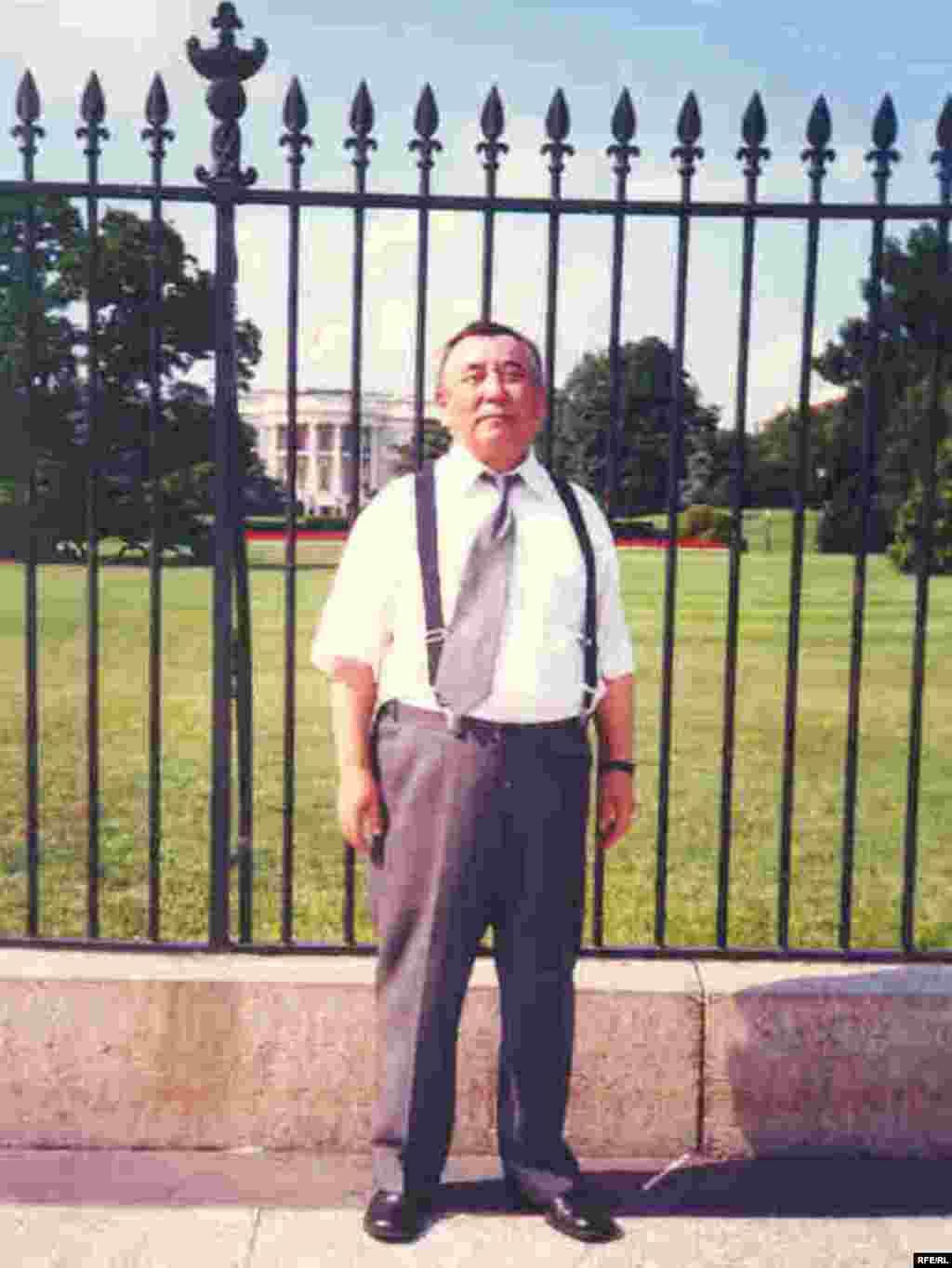 Перед зданием Белого дома в Вашингтоне. - В 2001 году по приглашению Конгресса США Каришал Асанов участвовал в слушании о положении прав человека в странах Центральной Азии.
