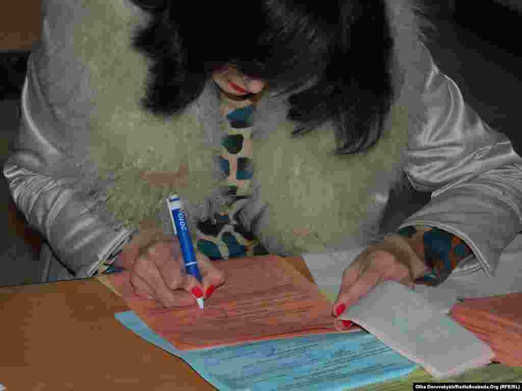 На 1067-й дільниці Донецька бюлетені заповнюють бюлетені ручками Партії регіонів. Донецьк, 31 жовтня