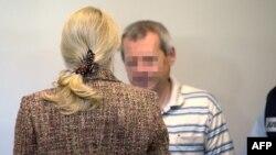 Burri dhe e shoqja e tij para njëri-tjetrit në një gjykatë në Shtutgart të Gjermanisë
