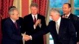 Slobodan Milošević i Franjo Tuđman se rukuju u Jelisejskoj palati u Parizu, 14. decembar 1995.
