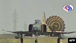 طائرة مقاتلة تهبط بعد مشاركتها في المناورات الإيرانية