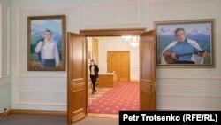 Қазақстанның бірінші президенті музейіндегі Нұрсұлтан Назарбаевтың портреттері. Нұр-Сұлтан, 17 қараша 2020 жыл.