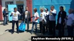 Жанболат Мамайға сәлемдеме беруге келген адамдар. Алматы, 3 мамыр 2017 жыл.