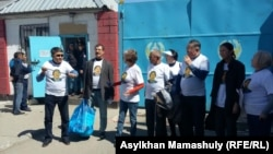 Журналисты и гражданские активисты проводят акцию в поддержку содержащегося в следственной тюрьме главного редактора оппозиционной газеты «Саяси калам. Трибуна» Жанболата Мамая. Алматы, 3 мая 2017 года.