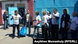 Члены комитета по защите арестованного главного редактора оппозиционной газеты «Трибуна» Жанболата Мамая у следственного изолятора. Алматы, 3 мая 2017 года.