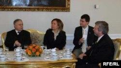 Кандидат оппозиции Александр Милинкевич уже заручился поддержкой европейских стран. На встрече с президентом Польши Лехом Качинским в январе 2006 года
