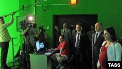 """Президент России Владимир Путин (второй справа) в новой студии российского телеканала """"Russia Today"""". Москва, 11 июня 2013 года."""