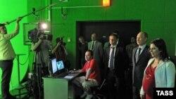Президент России Владимир Путин (второй справа) в новой студии российского телеканала Russia Today. Москва, 11 июня 2013 года.