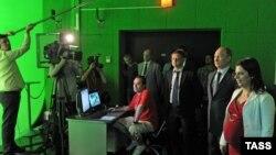 Президент Путин RT телеканалининг Москвадаги офисида. 2013 йилда олинган сурат.