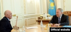 Композитор Шамиль Абильтаев (слева) на встрече с президентом Казахстана Нурсултаном Назарбаевым. Фото с сайта администрации президента Казахстана.