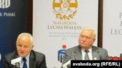 Глава Фонда Валенсы Ян Кшиштоф Белецкий (слева) и Лех Валенса (справа)