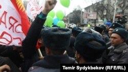 18-марттагы жөө жүрүш учурунда милиция ага катышкандардын айрымдарын кармап кеткен.