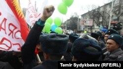 Акцияга чыккан айрым активисттерди милиция кармап кетти
