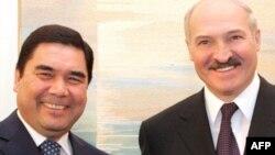 Belarusyň prezidenti A.Lukaşenko (s) we Türkmenistanyň prezidenti G.Berdimuhamedow (ç)