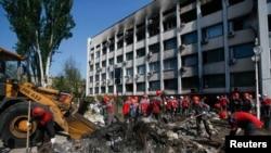 """Шахтеры компании """"Метинвест"""", принадлежащей Ринату Ахметову, разбирают баррикады перед горсоветом Мариуполя. 16 мая 2014 года."""