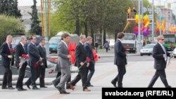 Амбасадары на плошчы Перамогі, 9 траўня 2011 году. Архіўнае фота