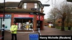 Poliția britanică în centrul Salisbury, locul unde au fost găsiți Serghei Skripal și fiica sa