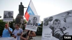 Дэманстрацыя супраць губэрнатара Сэвастопаля Сяргея Мяняйла, Крым, 15 жнiўня 2015 году