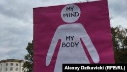Абортқа тыйым салатын заң жобасына қарсы шерудегі жазулардың бірі. Варшава, Польша, 1 қазан 2016 жыл.