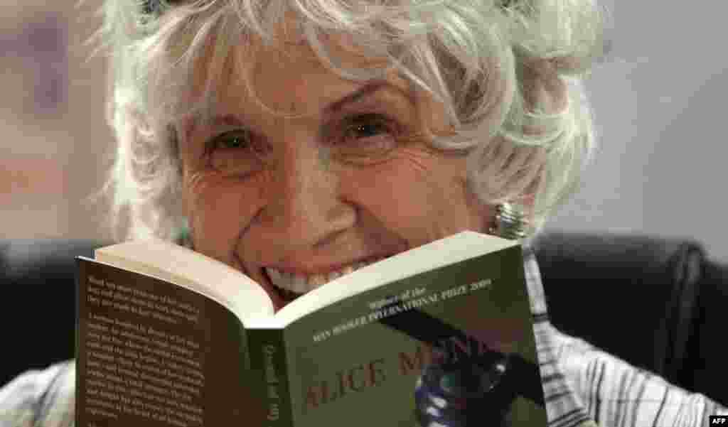 82-летняя канадская писательница Элис Манро получила Нобелевскую премию по литературе как«мастер современного короткого рассказа».
