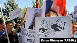 Studenți protestînd în timpul vizitei secretarului general al NATO Anders Fogh Rasmussen la Universitatea de stat de la Erevan, septembrie 2012.
