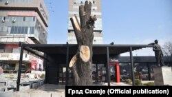 Нелегално исечено дрво пред трговскиот центар Мавровка во Скопје на 30 март 2020