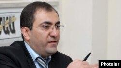 ՀՀ նախագահի աշխատակազմի Հանրային կապերի եւ տեղեկատվության կենտրոնի տնօրեն Արա Սաղաթելյանը լրագրողների հետ հանդիպմանը: 6-ը նոյեմբերի, 2009 թ.