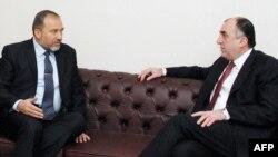 Arxiv foto: İstrailin Xarici İşlər naziri Avigdor Lieberman (solda) 2010-cu ilin fevralında Bakıda səfərdə olarkən Azərbaycanın Xarici İşlər naziri Elmar Məmmədyarovla (sağda) görüş zamanı.