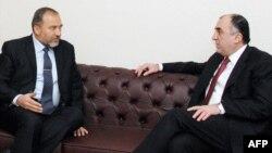 Министр иностранных дел Азербайджана Эльмар Мамедъяров (справа) и Авигдор Либерман, Баку, 9 февраля 2010