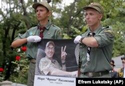 Пластуни вшановують пам'ять українця Марка Паславського (позивний «Франко»), громадянина США, який загинув у війні з Росією на Донбасі. Київ, 19 серпня 2015 року