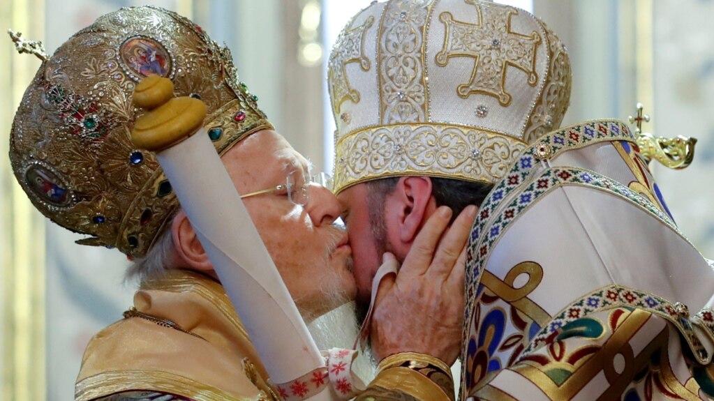 Ekumenski patrijarh Bartolomej ljubi mitropolita Epifanija, vođu Ukrajinske pravoslavne crkve dok mu uručuje tomos o nezavisnosti ukrajinske crkve