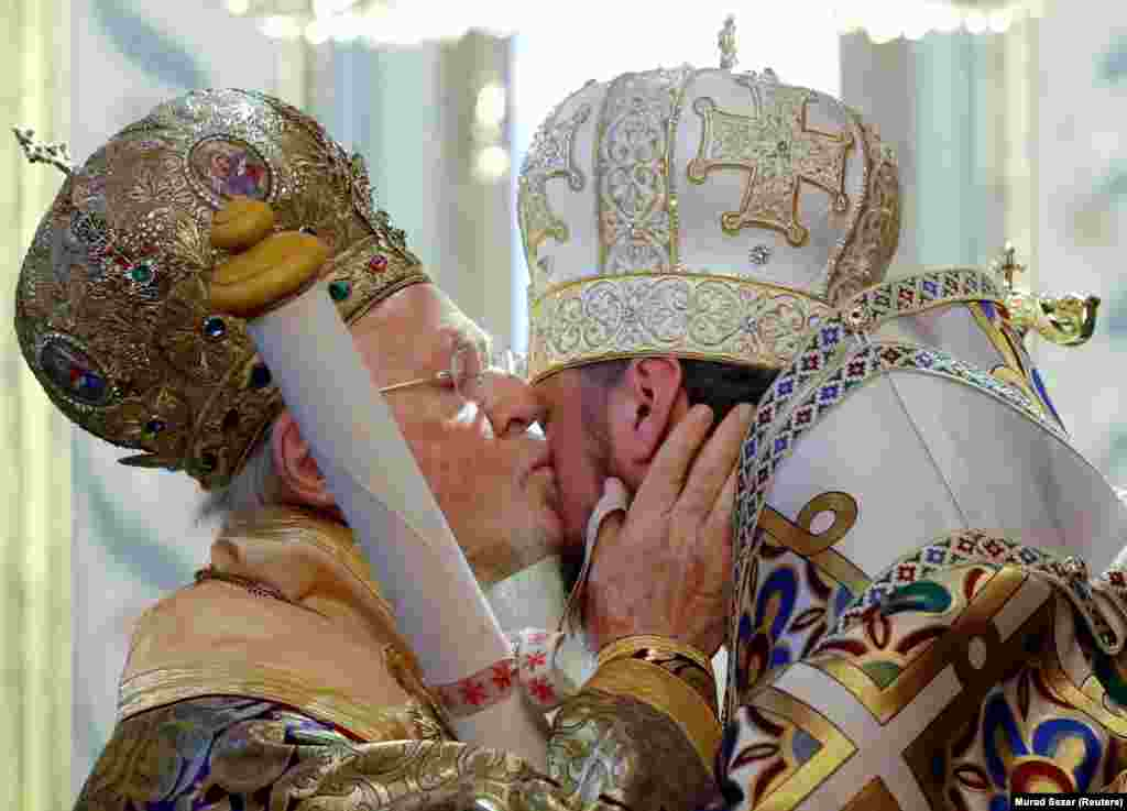 Ecumenical Patriarch Bartholomew I (left) kisses Metropolitan Epifaniy, head of the Orthodox Church of Ukraine, as he hands the tomos, a decree granting Ukraine church independence, after the Epiphany Mass at the Patriarchal Cathedral of St. George in Istanbul, Turkey, on January 6. (Reuters/Murad Sezer)