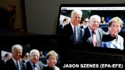 Mərhum Senator John McCain (ortada) və Joe Biden (solda) demokratların qurultayında göstərilən videoda