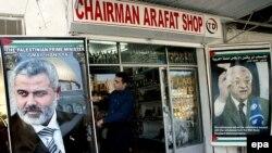 Президент без власти, правительство без денег. Единственной отраслью палестинской экономики, не затронутой кризисом, является производство агитматериалов
