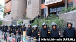 قوات أمن مصرية تحرس مبنى مجلس الدولة