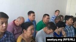 Присутствующие на процессе по делу трех жителей Шалкара, обвиняемых в «терроризме». Актобе, 11 августа 2016 года.