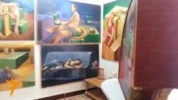 فنان سماوي يحول بيته الى معرض فني