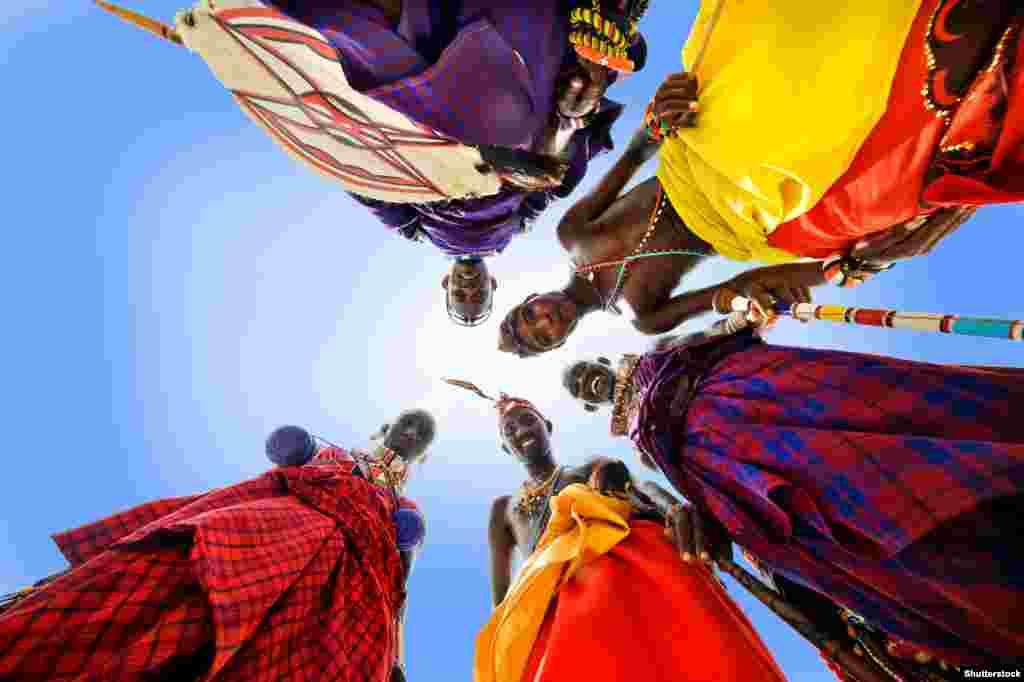 Африка. Перші згадки про масаїв сягають 500-х років до нашої ери, ще у давньоєгипетських джерелах. Наразі їхня чисельність сягає близько 750 тисяч на прикордонні Кенії та Танзанії