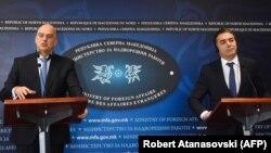 Ministri i Jashtëm grek, Nikos Dendias dhe ai maqedonas, Nikolla Dimitrov. Shkup, 26 nëntor, 2019.