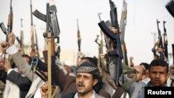 موالون للحوثيين يرفعون اسلحتهم ويرددون هتافات مناهضة للسعودية، صنعاء 5 نيسان 2015