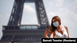 Париж. Селфи в маске