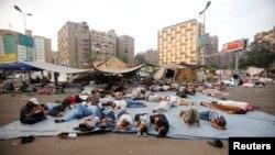 مؤيدون للرئيس المصري المعزول محمد مرسي ينامون في ميدان رابعة العدوية بالقاهرة