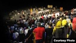 زنان و مردان در یکی از کنسرتها (گروه کماکان) در تهران