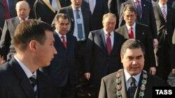 Главные внешнеторговые партнеры Ашхабада направили на чествование нового предводителя туркменов (с цепью на шее) первых лиц. Владимир Путин коммандировал вместо себя Михаила Фрадкова (слева вверху)